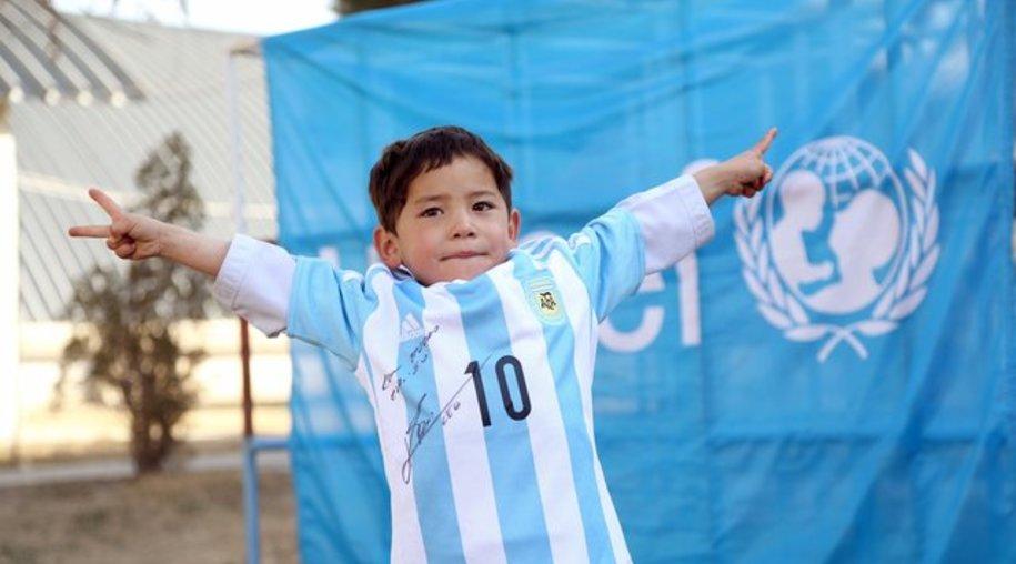 Der kleine Murtasa Ahmadi führt stolz sein von Lionel Messi signiertes Trikot vor.