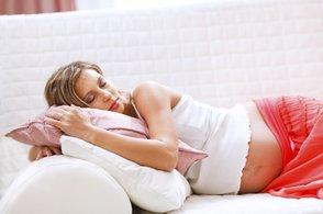 Schwangere schläft auf der Couch