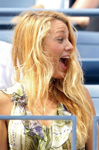 Blake Lively lacht.
