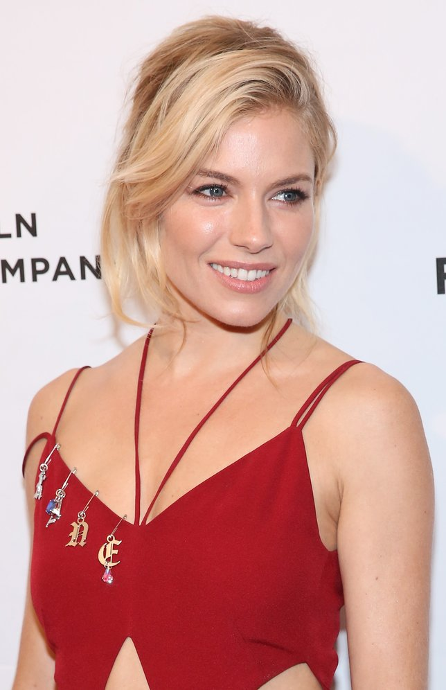 Sienna Miller mit einer lockeren Hochsteckfrisur