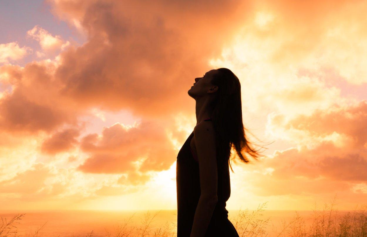 Frau schaut in den Himmel