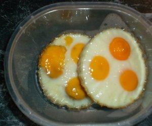 Gebackene Wachteleier aus dem Ofen auf Pflücksalatbett