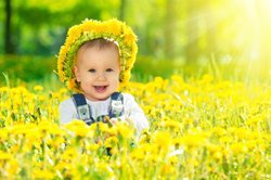Baby, 12 Monate, im Blumenfeld