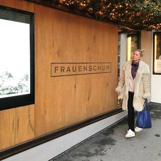Tamara vor ihrem Lieblingsladen in Kitzbühel - Frauenschuh
