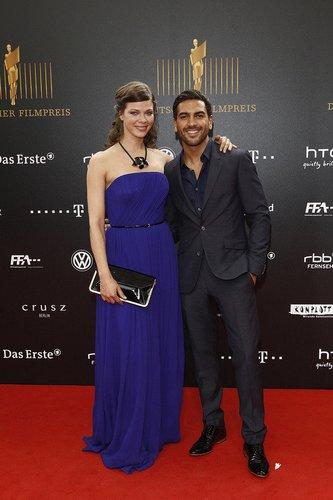 Jessica Schwarz im azurblauen Kleid.