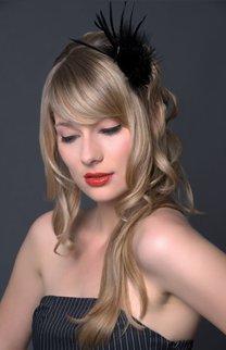Blonde Wellen mit Federn geschmückt