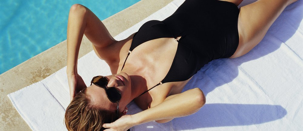 Es muss nicht immer der Bikini sein: Badeanzüge sind total im Trend und wirken mit diesen heißen Schnitten nicht mehr altbacken, sondern richtig sexy! Die schönsten Modelle zum Nachshoppen findest du hier.