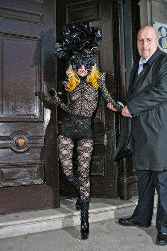 Lady Gaga in einem schwarzen Spitzenkleid