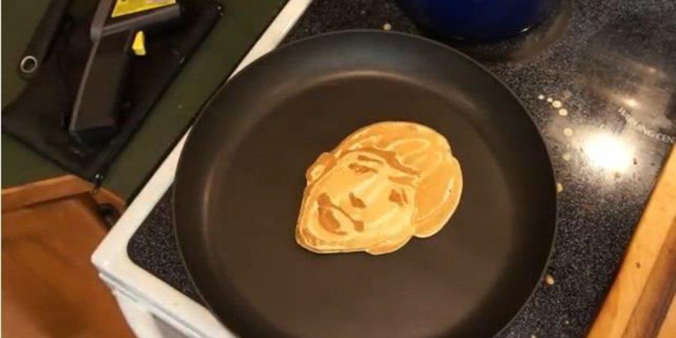 Vater macht Kunstwerke aus Pfannkuchen