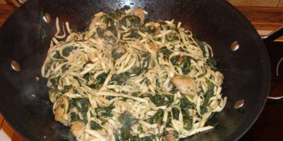 Hähnchenpfanne mit Nudeln und Spinat