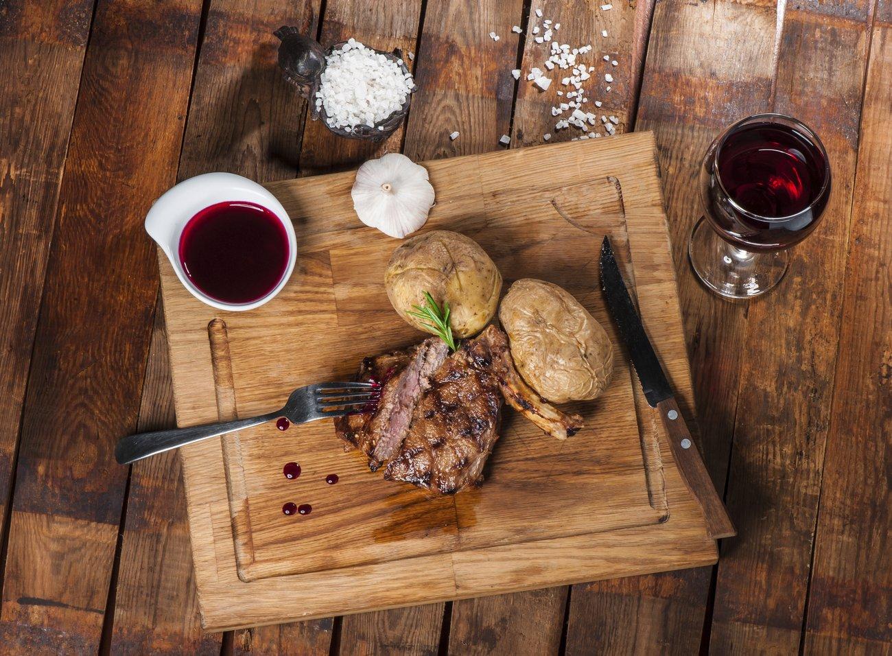 Steak mit Rotweinsoße und Gewürzen