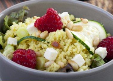 Couscous-Salat mit Himbeeren und Zucchini
