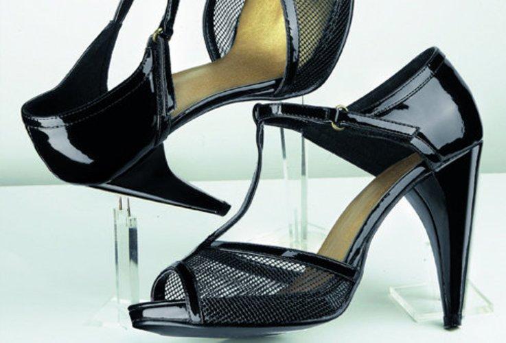 Sandalette und High Heel eine gewangte Kombi nicht nur durch Lack und Netzoptik.