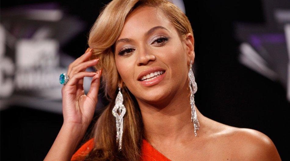 Beyoncé mit langen Ohrringen