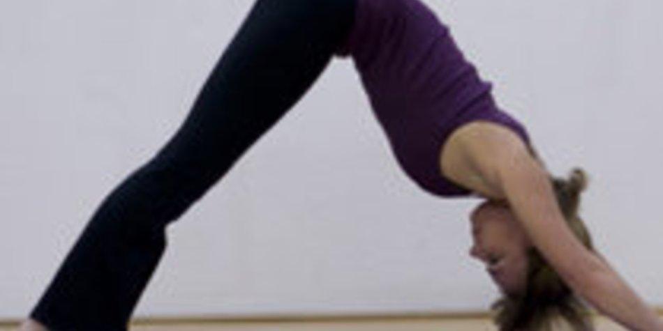 Der herabschauende Hund trainiert Deine Beine