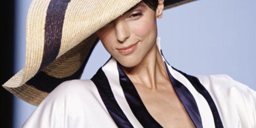 Maritimer Sommerlook von Guido Maria Kretschmer auf der FashionWeek mit großen Sonnenhüten und Applikationen in Weiß und Blau