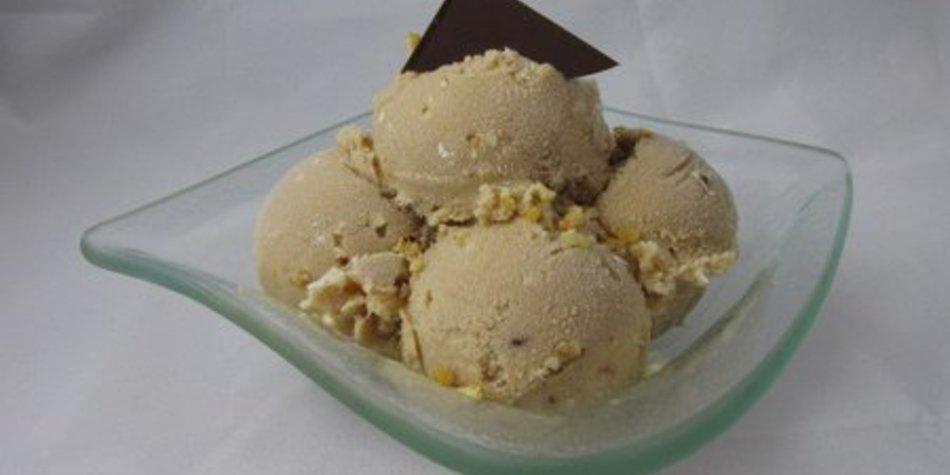 Cappucino Eis mit Haselnusskrokant