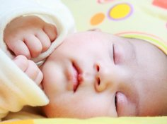 Du lernst die Müdigkeitssignale Deines Babys mit der Zeit richtig zu deuten.