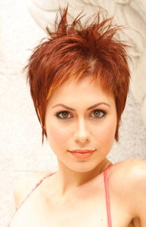 Moderner Pixie Cut in Rot