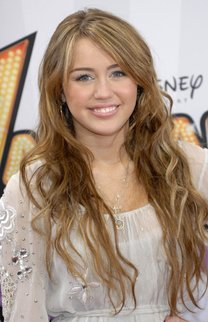 Miley Cyrus mit sexy Beach Waves