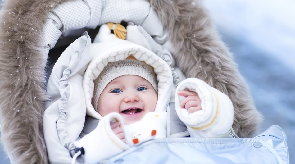 ...nur schlechte Kleidung! Im Winter ist ein Zwiebellook am besten, damit Dein Kind draußen schön warm eingepackt ist, Du es aber auch gut ausziehen kannst, wenn Ihr Euch zwischendurch drinnen aufhaltet. (iStock/FamVeld)