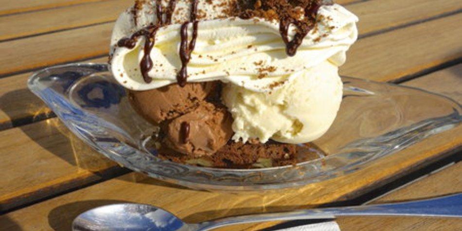 Schokoladeneis mit Sahne