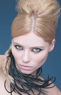 Zopf mal anders: Blonde Haare stark toupiert