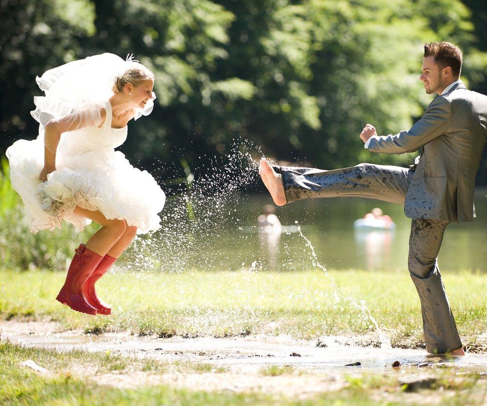 Brautpaar in Pfütze