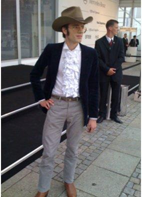 Fashion Week: Mann im Cowboy Outfit