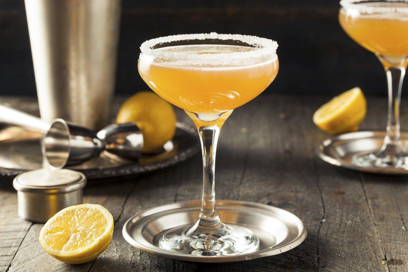 Einen Cocktailabend zu schmeißen kann ganz schön ins Geld gehen, aber es gibt auch günstige Alternativen.