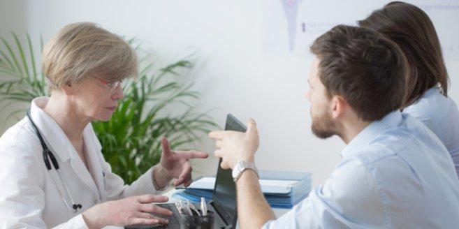 GIFT: Ein Paar lässt sich von einer Ärztin beraten