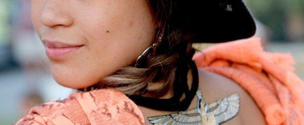 Mädchen mit Flash Tattoo auf dem Rücken