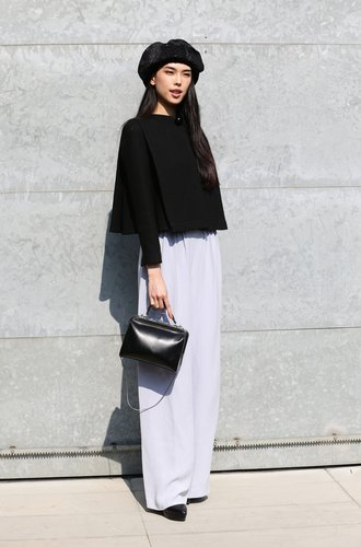 Eine Besucherin der Miland Fashion Week