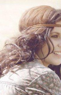 Braune Locken mit Haarband