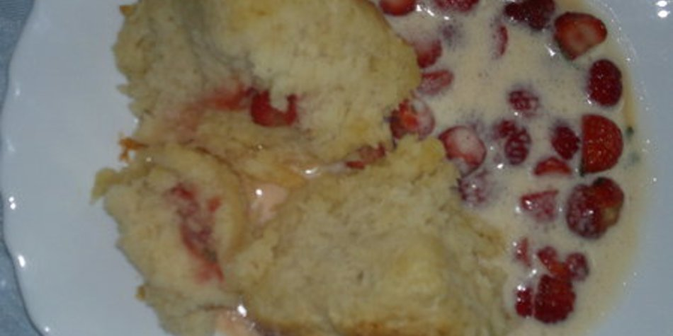 Gefüllte Buchteln mit Vanillesoße und marinierten Erdbeeren mit Estragon