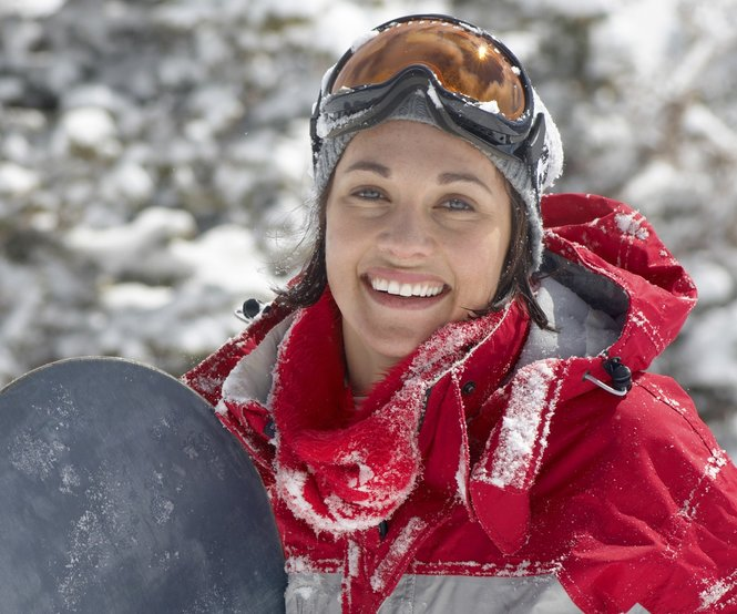 Eine Frau lacht beim Wintersport