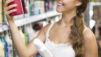 Sportliche Frau sucht Shampoo