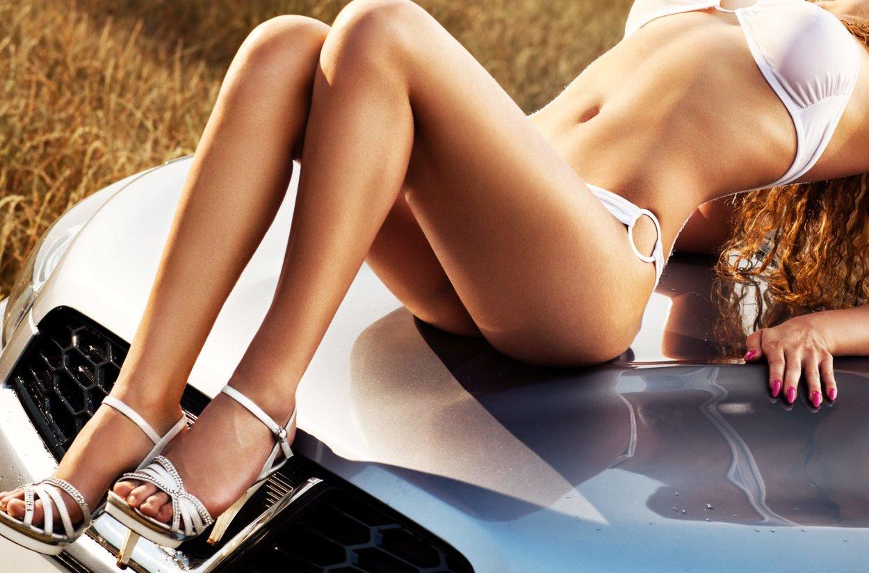 Sexy auf der Motorhaube
