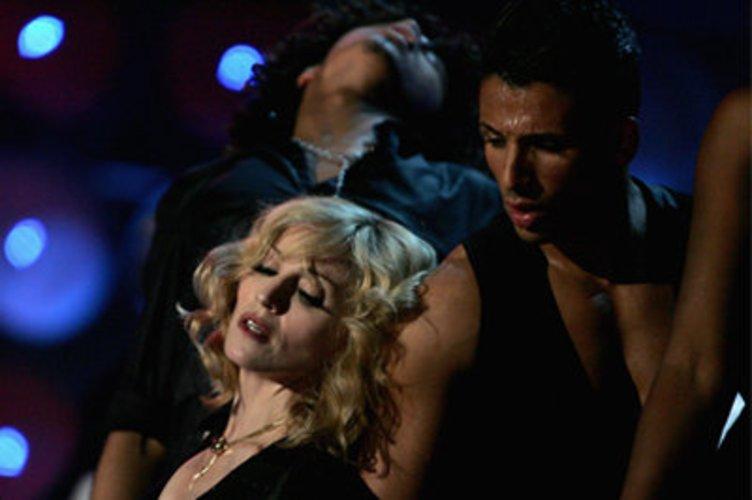 Mit Tänzern: Madonna
