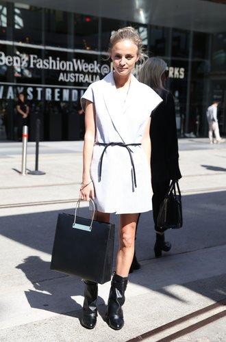 Eine Besucherin der australischen Fashion Week