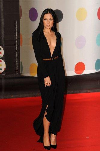 Jessie J posier auf dem roten Teppich.