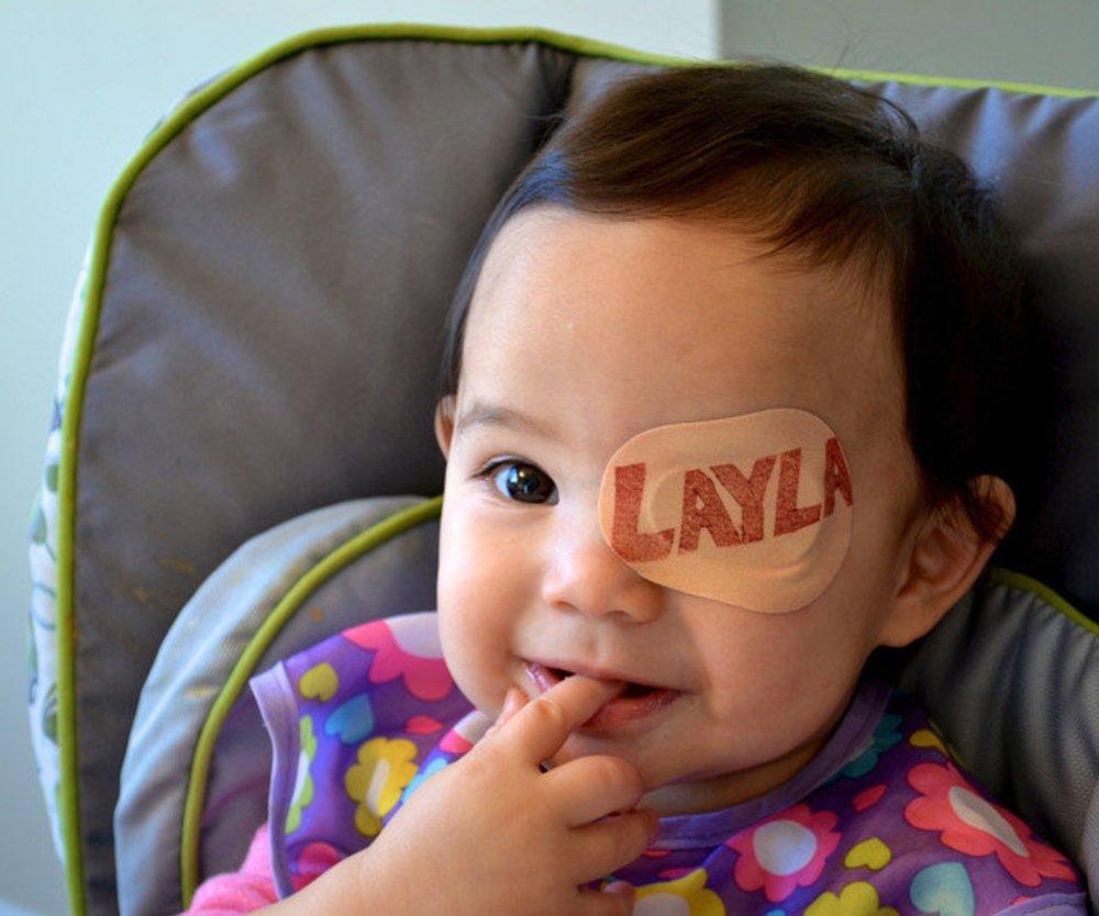 Vater postet süße Bilder von Tochter mit Augenpflaster auf Reddit