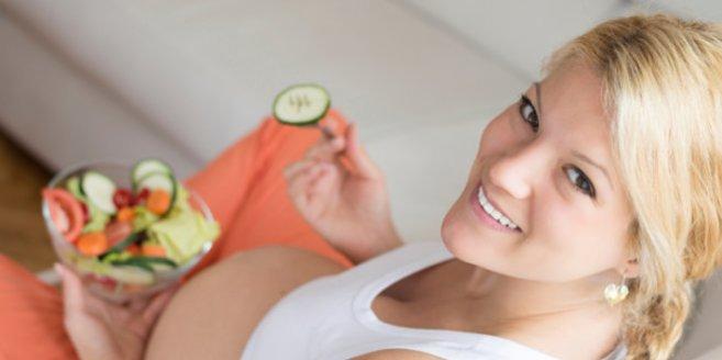 Vitamine für Schwangere: Schwangere Frau isst einen Salat