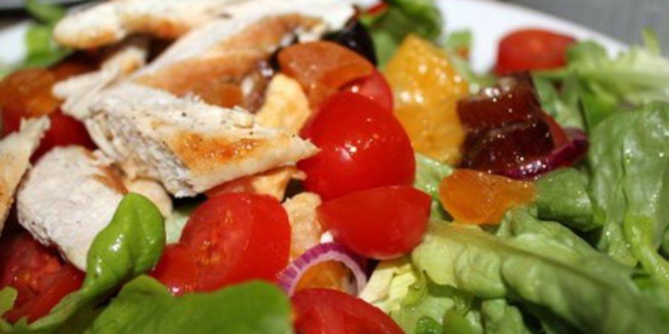 Fruchtiger Salat mit Hähnchen