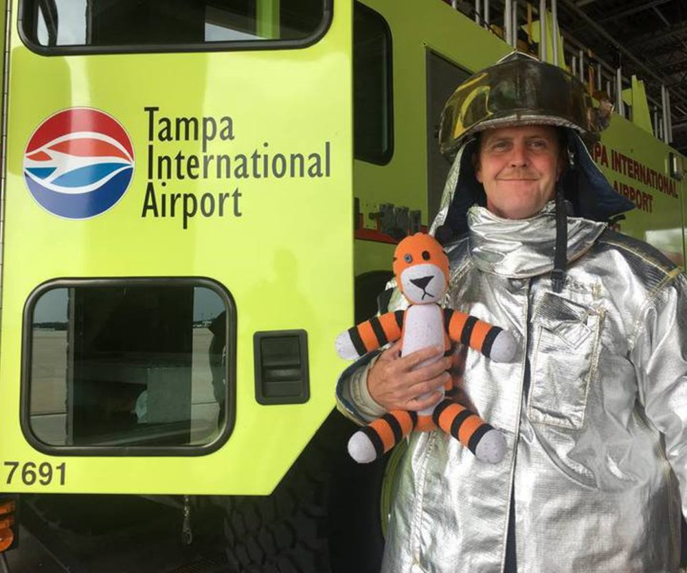 Vergessenes Kuscheltier erlebt Abenteuer am Flughafen