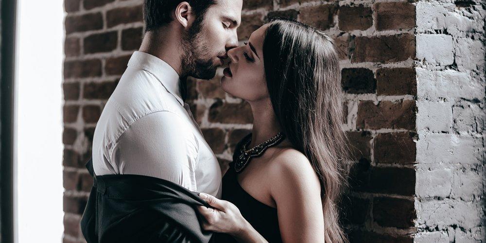 Frau küsst Mann