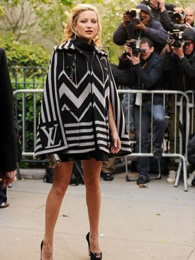 Kate Hudson trägt ein LV-Cape.