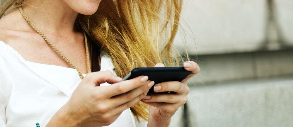 Frau schaut auf ihr Handy