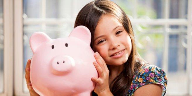 Wie viel Taschengeld: Mädchen mit Sparschwein