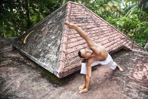 Der gesamte Körper wird mit Iyengar Yoga gestärkt und in ein Gleichgewicht gebracht.